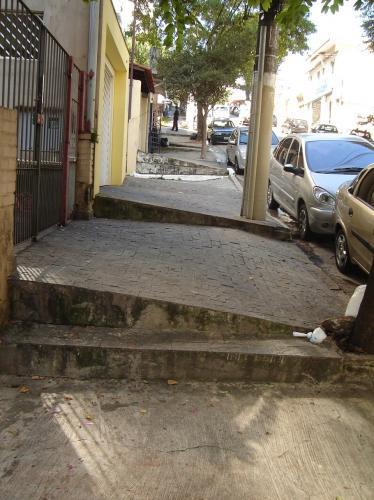 Exemplos da irregularidade das calçadas antes da intervenção de Calçadas verdes