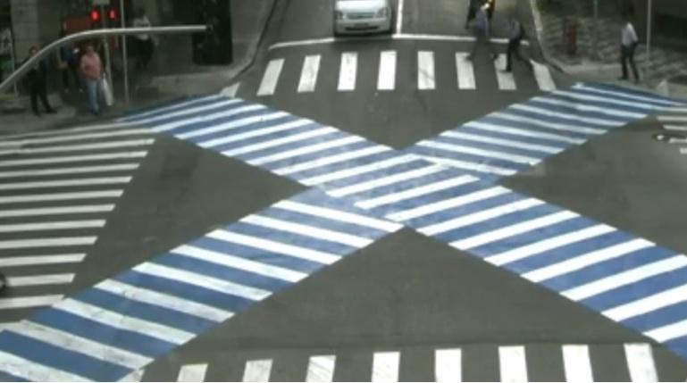 Faixa de pedestre em X no cruzamento das ruas Riachuelo com Cristovão Colombo