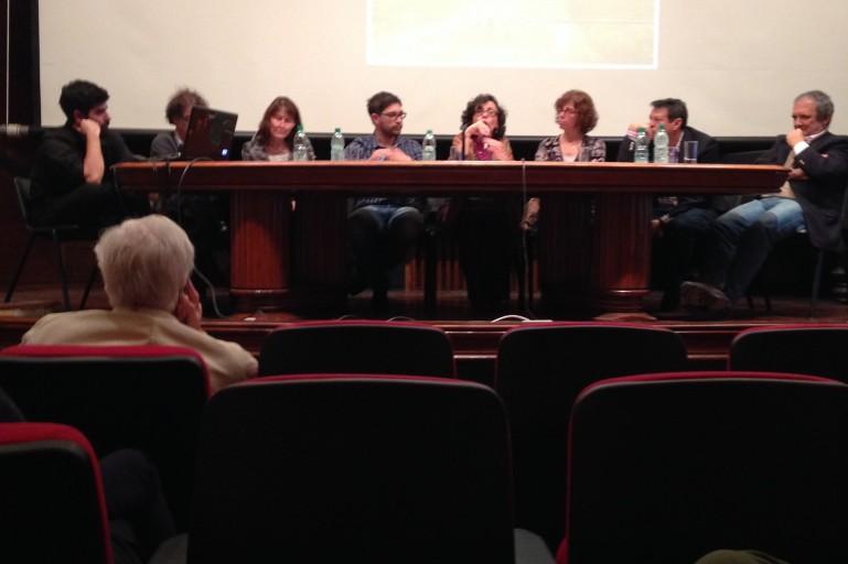 Angélica Alvim, da Universidade Mackenzie e membro do Conselho academico do IVM Brasil, avalia trabalhos apresentados no seminário