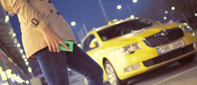 Uber e Táxis: Um embate por passageiros que tem ocorrido no mundo todo. (Foto: Pixabay)